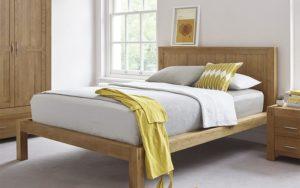 Кровать в маленькой спальне