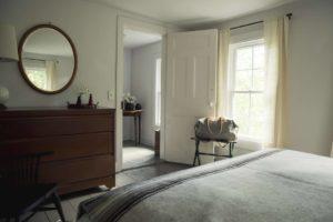 Зеркало в спальной комнате
