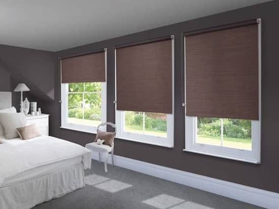 Пример использования рулонных штор в спальне