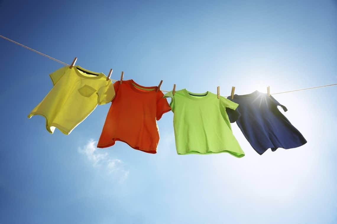 Как правильно развешивать одежду